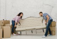 memindahkan sofa
